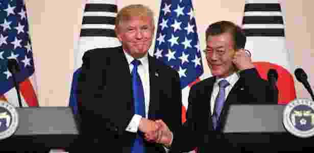 7.nov.2017 - O presidente dos EUA, Donald Trump (esq.), cumprimenta o presidente da Coreia do Sul, Moon Jae-in, durante entrevista coletiva realizada em Seul - Jiom Watson/ AFP - Jiom Watson/ AFP