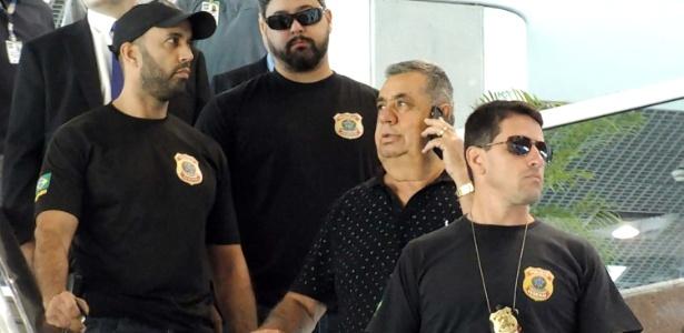 Jorge Picciani é escoltado por agentes da PF no aeroporto Santos Dumont