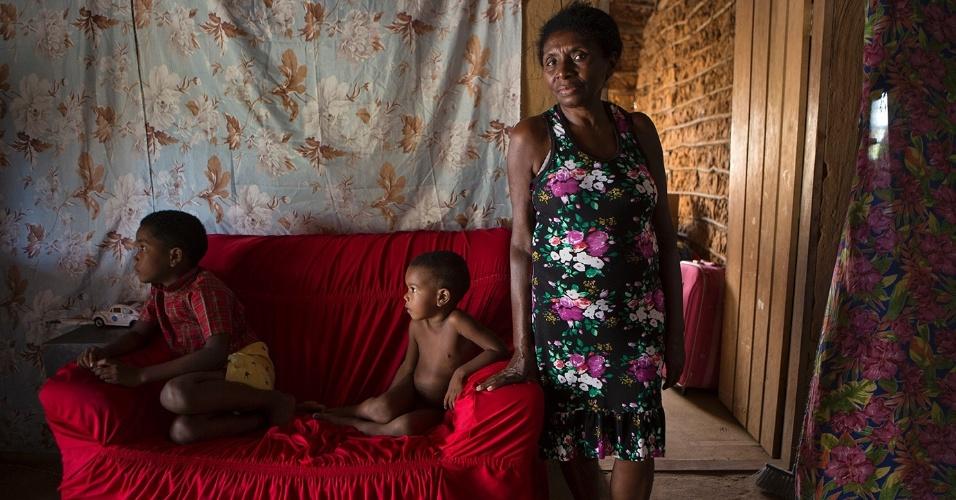 A quilombola Joana Batista Santos ao lado dos netos em Serrano do Maranhão