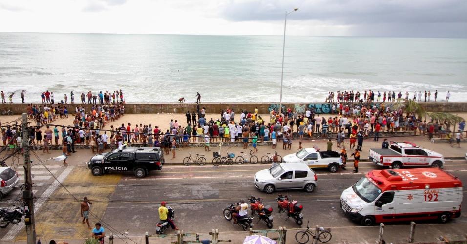 23.jan.2017 - Helicóptero da Globo Nordeste caiu na praia do Pina, zona sul do Recife (PE)