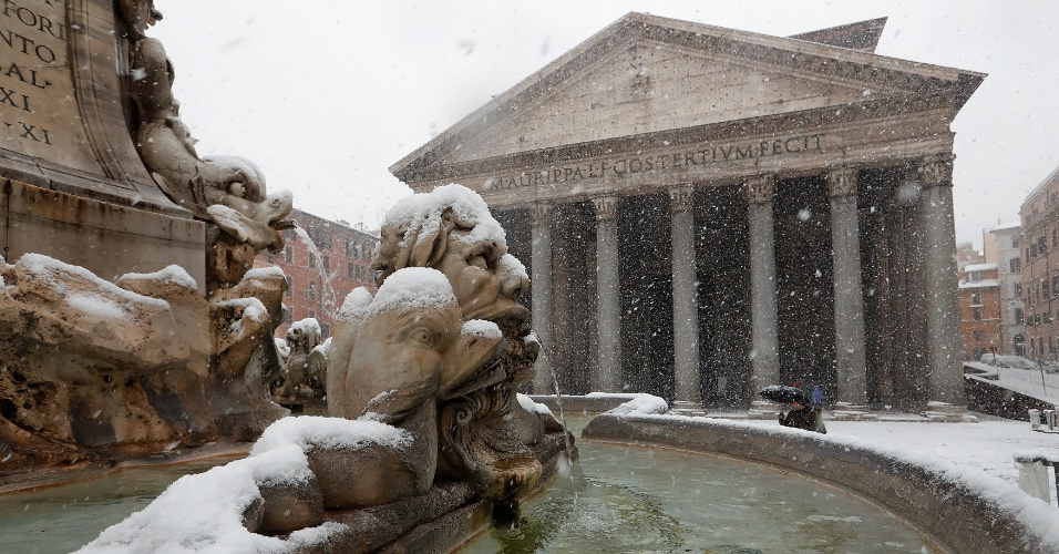 26.fev.2018 - O Pantheon durante nevasca em Roma, na Itália