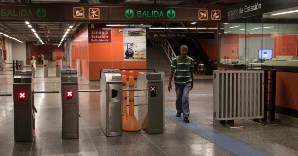 22.mar.2018 - Catracas estão liberadas no metrô de Caracas, na Venezuela: falta de dinheiro vivo para pagar e material para imprimir bilhetes impede cobrança de passagens