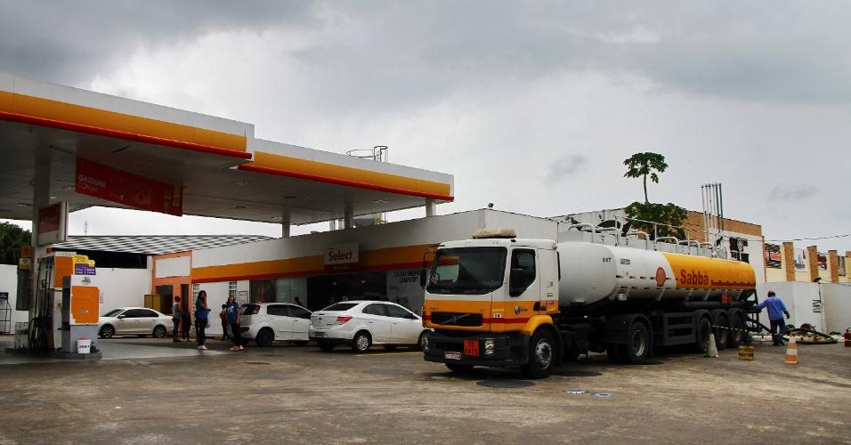 26.mai.2018 - Caminhão tanque com combustíveis abastece posto em Manaus (AM); caminhoneiros em greve liberaram distribuidoras na sexta (25), após ordem judicial