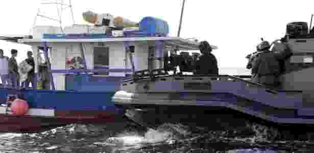 Homens da Marinha treinam abordagem a barco suspeito na baía de Guanabara - UOL