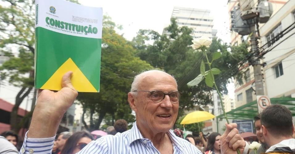 28.out.2018 - Candidato ao Senado derrotado Eduardo Suplicy (PT) chega em escola para votar em São Paulo