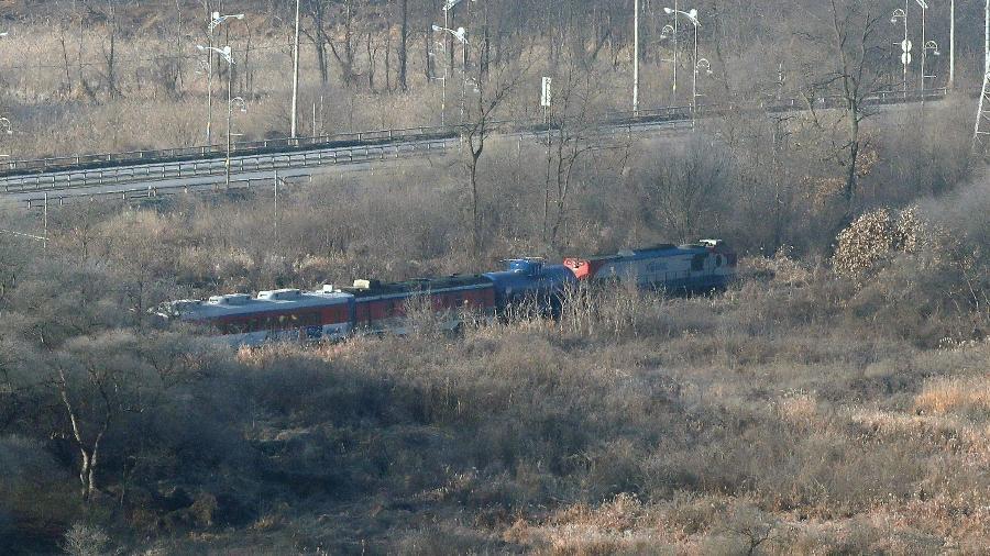 Trem sul-coreano passa pela zona desmilitarizada rumo à Coreia do Norte - Chung Sung-Jun/Reuters