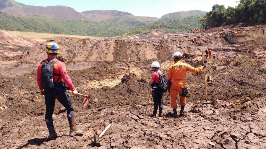Bombeiros durante o trabalho de buscas em Brumadinho (MG) - Divulgação