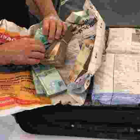 28.mar.2019 - Agentes da Polícia Federal encontraram mala com dinheiro vivo durante o cumprimento de um dos mandados de busca e apreensão - Divulgação/PF - Divulgação/PF