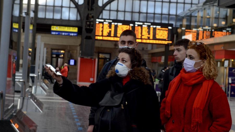 Pessoas usam máscaras para se proteger do Coronavírus na cidade de Milão, na Itália - Josi Donelli/TheNews2/Estadão Conteúdo