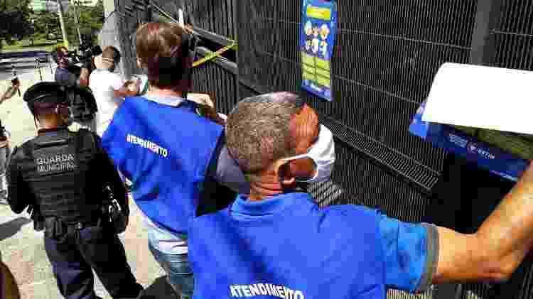 Agentes colam cartazes sobre coronavírus em igreja interditada de Betim - Divulgação/Prefeitura de Betim - Divulgação/Prefeitura de Betim