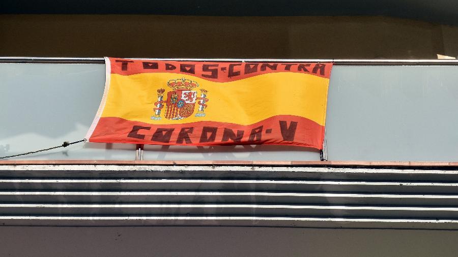 """Fixada em uma varanda, bandeira da Espanha traz mensagem """"todos contra o coronavírus""""; país é um dos mais afetados pela pandemia - SOPA Images / Colaborador"""