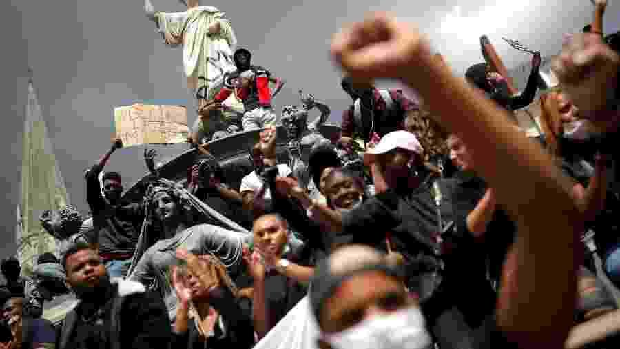 8.jun.2020 - Manifestantes participam de ato contra a violência policial e o racismo, em Nantes (França) - Stephane Mahe/Reuters