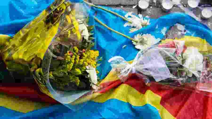 Foto da bandeira do Congo sob buquês de flores - Sander de Wilde/Corbis via Getty Images
