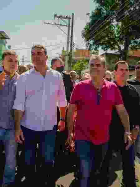 7.ago.2020 - Flávio Bolsonaro (à esq.) e o prefeito de Duque de Caxias, Washington Reis (MDB), (à dir.) em inauguração na cidade - Reprodução/Facebook