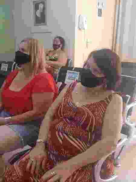 Cláudia e a mãe, Luci, aguardam atendimento em clínica particular em Bonsucesso - data_labe