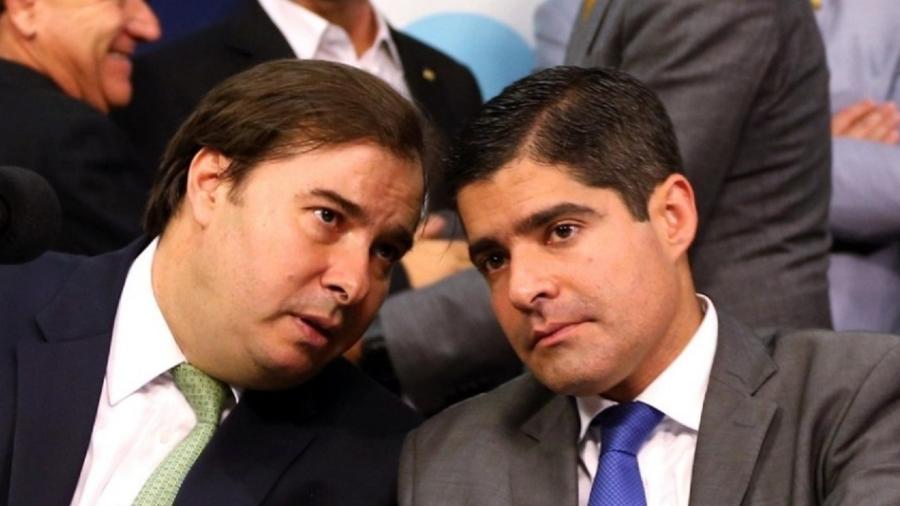 Rodrigo Maia (à esquerda) conversa com ACM Neto. Deputado tem divergências com o presidente do DEM - Metro 1