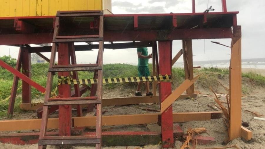 Estrutura em Guaratuba ficou danificada; dupla segue em observação - Corpo de Bombeiros da PMPR e BPMOA/Divulgação