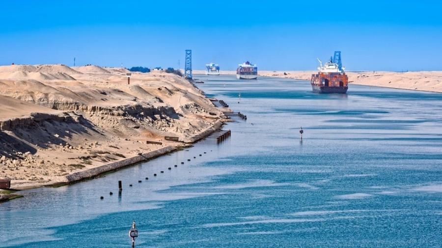 O Canal de Suez é uma das principais artérias econômicas do mundo, já que por ele passa mais de 12% do comércio mundial - Getty Images