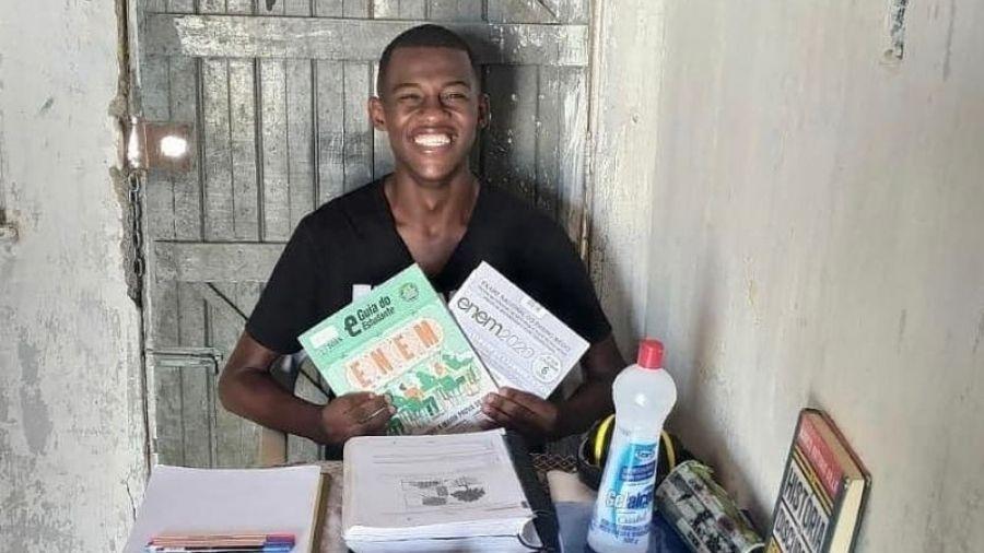Matheus de Araújo, de 25 anos, estuda há mais de três anos para o vestibular de medicina - Reprodução/Instagram