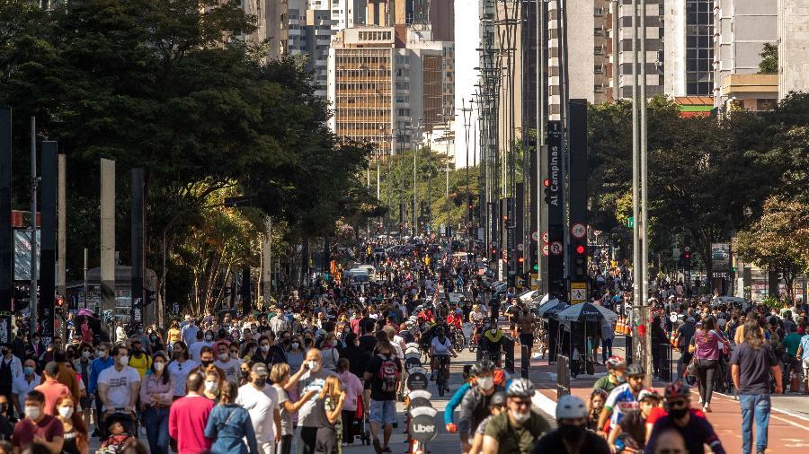 Movimentação intensa de pessoas na Avenida Paulista, tanto caminhando como andando de bicicleta, na manhã do último domingo (18) - DANIEL TEIXEIRA/ESTADÃO CONTEÚDO