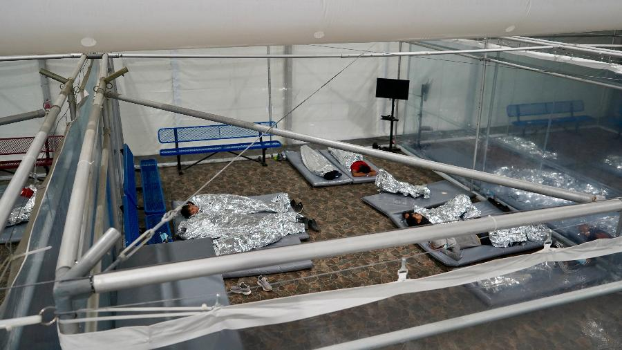 Crianças em unidade temporária de processamento para imigrantes em Donna, Texas (EUA) - Reprodução/ Agência de Alfândega e Proteção de Fronteiras dos EUA (CBP)