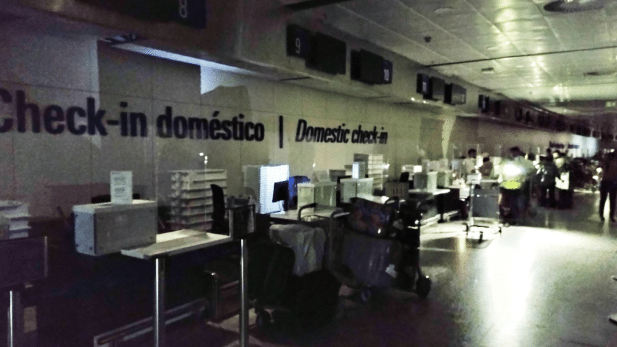 Registro do saguão do Aeroporto Internacional Pinto Martins, em Fortaleza, sem luz durante a madrugada desta quinta-feira (16) - Reprodução Twitter/Cláudio Ribeiro