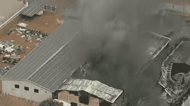 Imagem aérea da fábrica de sandálias que pegou fogo na manhã de hoje em Santa Maria (DF) - Reprodução/GloboNews - Reprodução/GloboNews