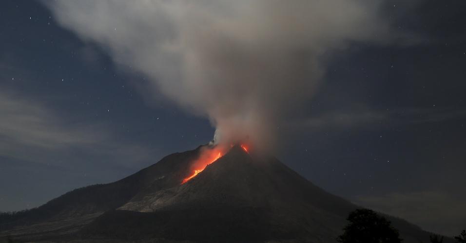 27.jun.2015 - Lava e cinzas são expelidas pelo vulcão Mount Sinabung, localizado na Ilha de Sumatra, na Indonésia. A atividade vulcânica obrigou mais de 10 mil pessoas a deixar suas casas em 12 vilarejos no entorno da montanha