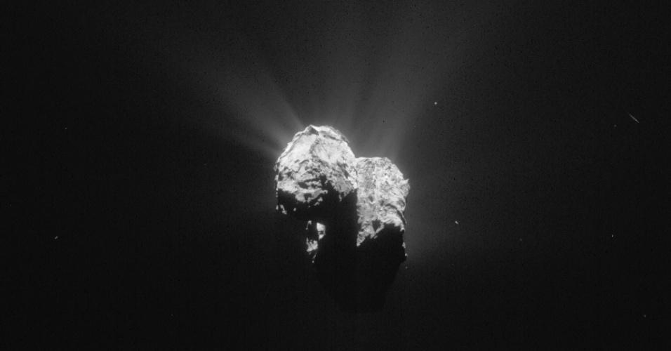 6.ago.2015 - Em 6 de junho de 2014, a sonda Rosetta estava 201 km de distância da órbita do Cometa 67P / Churyumov-Gerasimenko. Fluxos de gás e poeira podem ser vistos em todo o núcleo do corpo. Já em 6 de agosto de 2014, a sonda iniciou observações detalhadas, incluindo o mapeamento da superfície do núcleo em busca de um local de pouso adequado para sonda Philae