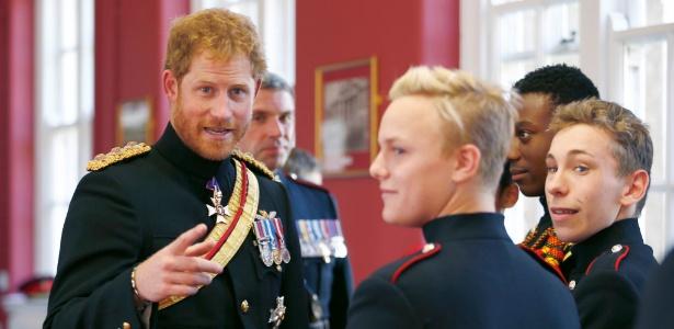"""Harry (à esq.) disse que decidiu """"ficar"""" na família real por respeito à rainha Elizabeth 2º - Eddie Keogh/Reuters"""