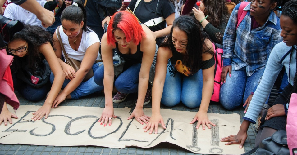 6.out.2015 - Alunos da rede estadual de ensino protestam no centro de São Paulo (SP) contra a reorganização e fechamento de escolas em 2016. A concentração aconteceu no Masp, na avenida Paulista