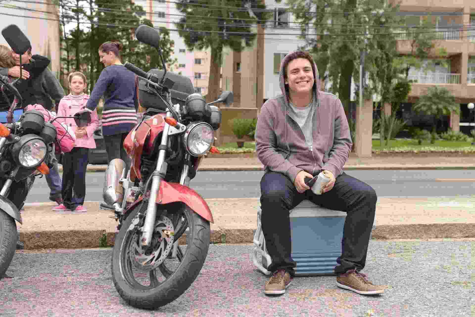 24.out.2015 - O estudante de economia da UFPR (Universidade Federal do Paraná) foi até o local de prova do Enem (Exame Nacional do Ensino Médio) para ver os alunos chegarem atrasados - Lucas Pontes/UOL