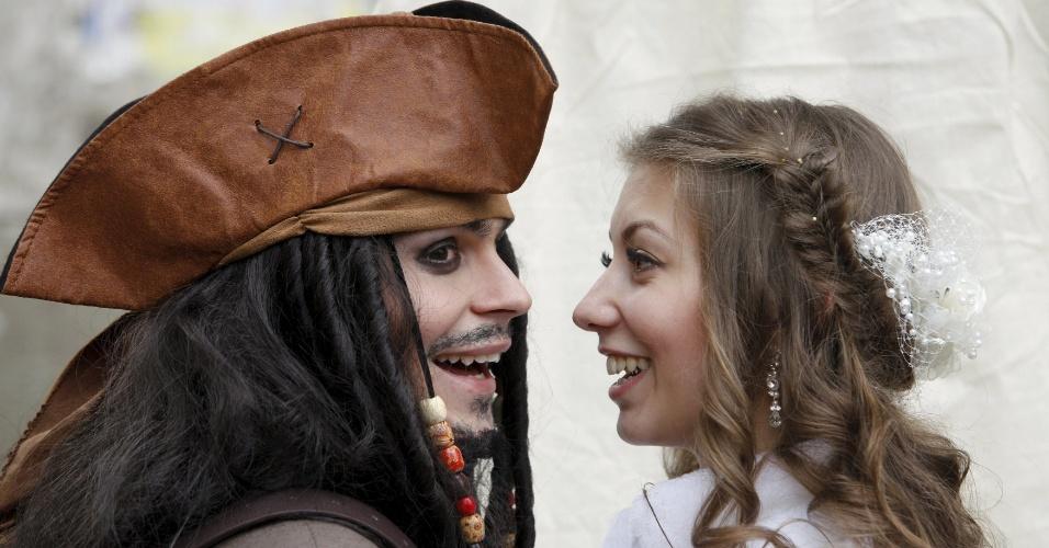 5.fev.2016 - Anastasiya, 18, pareceu não se importar com as vestimentas do noivo German Yesakov, 25. O cinegrafista russo escolheu uma fantasia do capitão de Jack Sparrow, personagem da franquia cinematográfica Piratas do Caribe, como traje de casamento. Eles se casaram na cidade russa de Stavropol