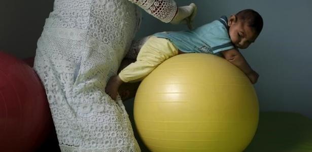 Bebê com microcefalia é exercitado em clínica de Campina Grande, na Paraíba