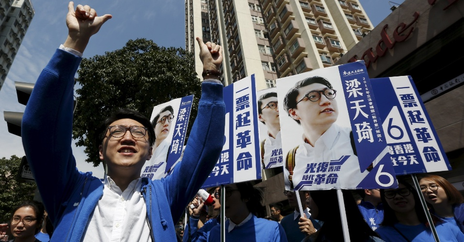 """28.fev.2016 - O candidato Edward Leung faz campanha para as eleições legislativas deste domingo em Hong Kong (China). Leung é um dos políticos identificados como """"localistas"""", que defendem a manutenção da autonomia da cidade com relação ao governo chinês"""