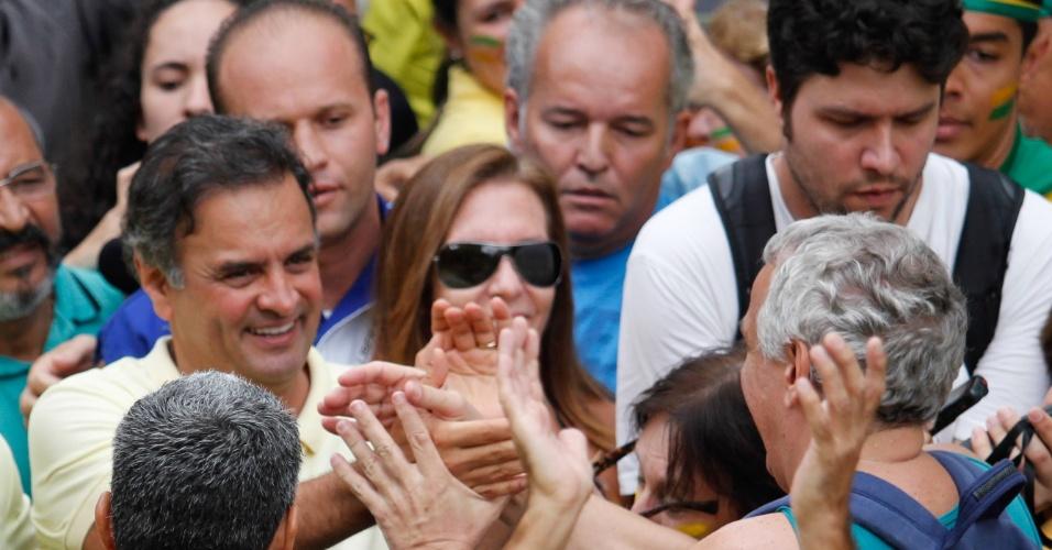 13.mar.2016 - Aécio Neves (PSDB) participa do protesto contra a presidente Dilma Rousseff (PT), na Praça da Liberdade, em Belo Horizonte. Os manifestantes pedem o impeachment de Dilma e a prisão do ex-presidente Luiz Inácio Lula da Silva, investigado pela Operação Lava Jato