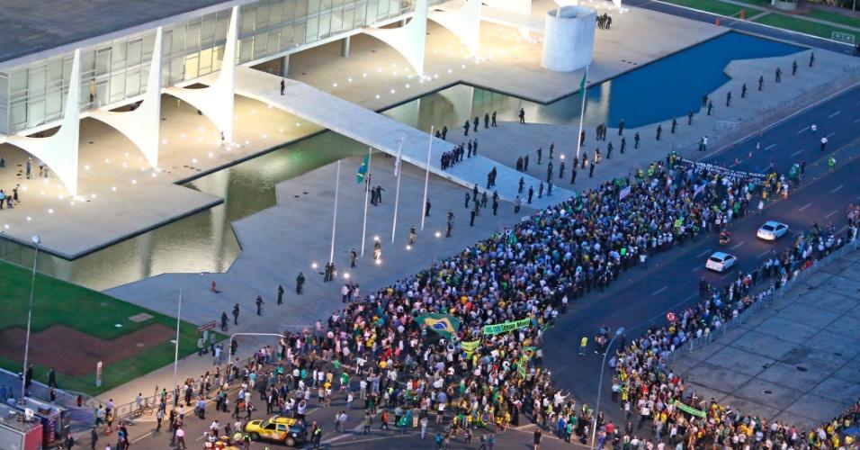 16.mar.2016 - Palácio do Planalto é alvo de protestos após nomeação de Luiz Inácio Lula da Silva (PT) como ministro da Casa Civil. Lula é investigado na Operação Lava Jato