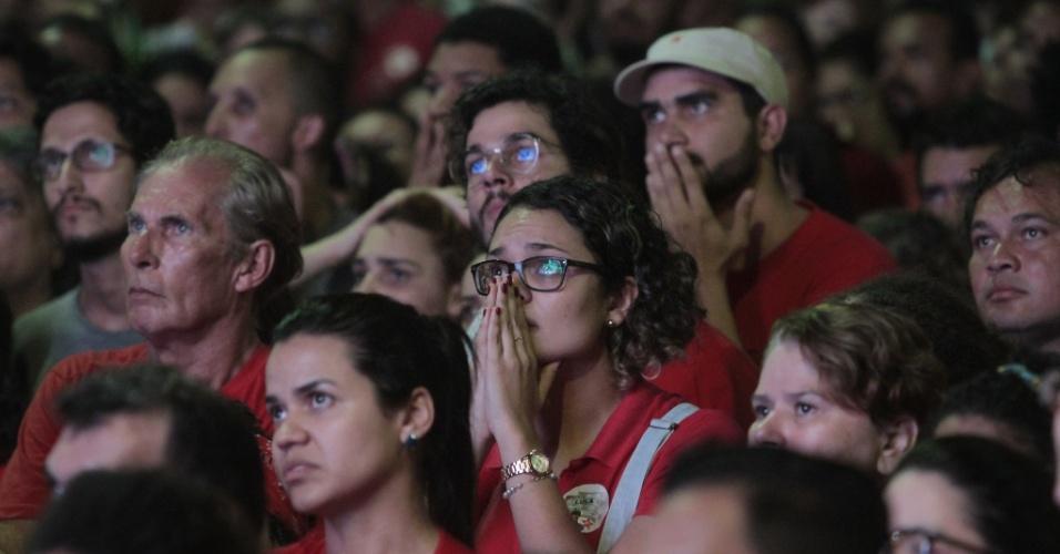 17.abr.2016 - Manifestantes contrários à saída de presidente Dilma Rousseff acompanham a votação do processo de impeachment na Câmara por um telão instalado no Marco Zero, no Recife (PE)