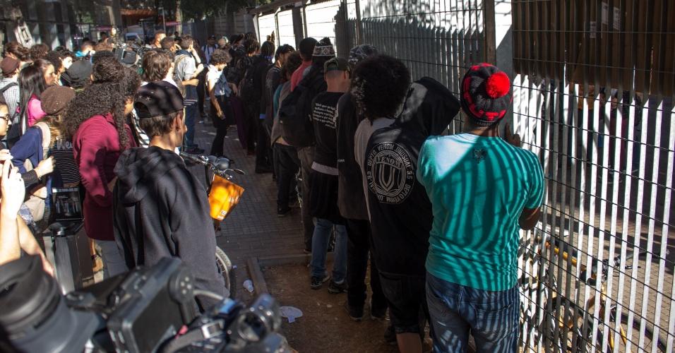"""02.mai.2016 - Estudantes recolocam portão que a Polícia Militar retirou durante a entrada no prédio do Centro Paula Souza, na região central de São Paulo. Estudantes secundaristas ocupam o prédio desde quinta-feira (28). Eles protestam contra a """"máfia da merenda"""" e contra os cortes na educação. A Tropa de Choque da PM está no local"""