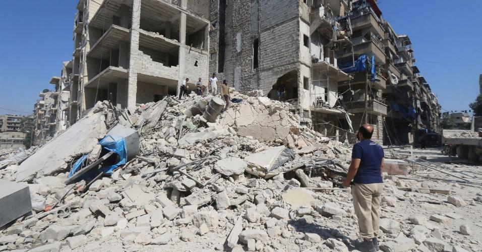 16.jul.2016 - Homem procura por sobreviventes após ataques aéreos na cidade síria de Aleppo. Pelo menos 19 civis morreram neste sábado (16) em ataques do exército sírio sob o controle dos rebeldes, informou o OSDH (Observatório Sírio dos Direitos Humanos)