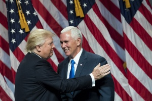 Governador de Indiana, Mike Pence (à dir.) aceitou formalmente a indicação como candidato à vice na chapa com Trump