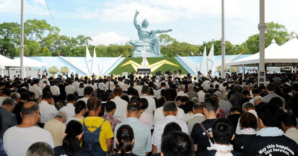 9.ago.2016 - Centenas de pessoas rezam em memorial em Nagasaki, no Japão, em cerimônia que marca os 71 anos anos do dia em que a cidade foi atingida por uma bomba atômica lançada pelos EUA durante a Segunda Guerra Mundial