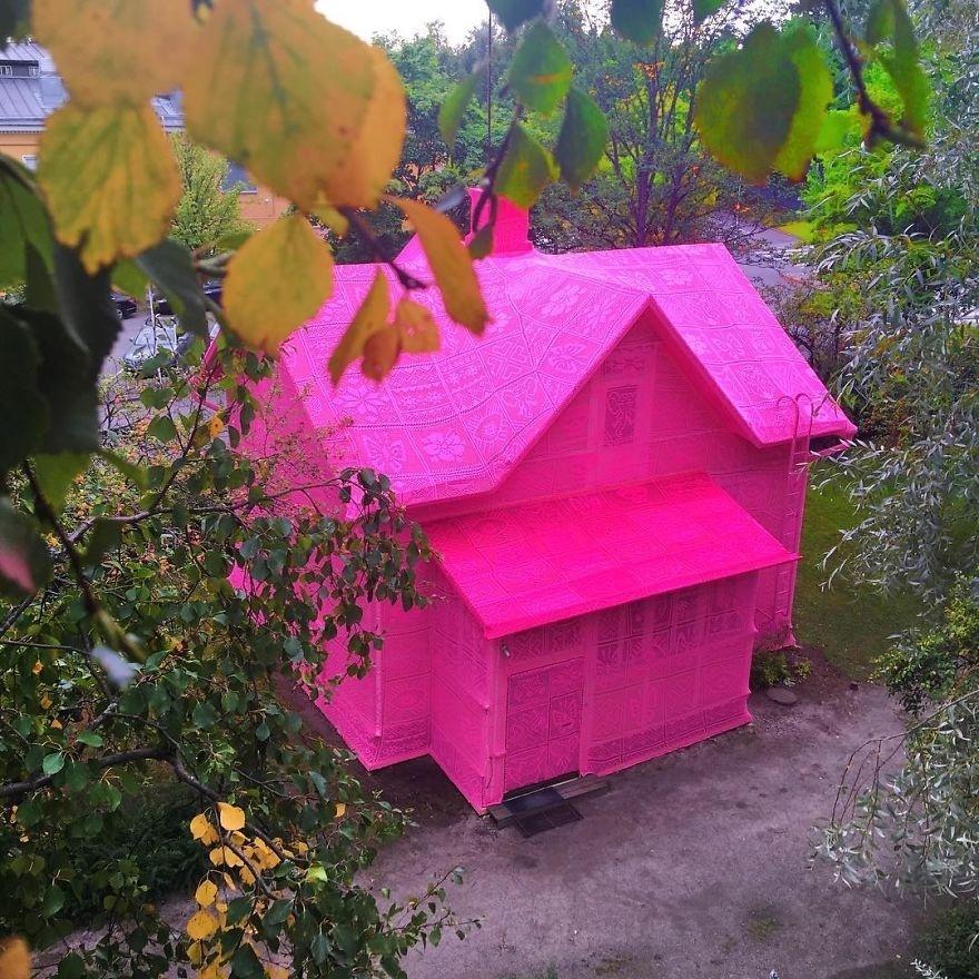 7.set.2016 - A artista polonesa Agata Oleksiak resolveu cobrir duas casas com crochê rosa
