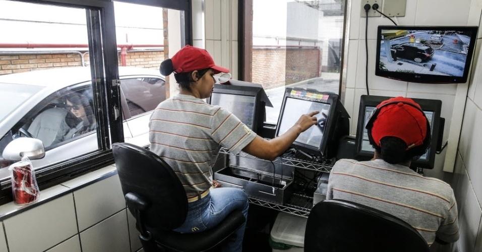 26.set.2016 - Funcionárias registram pedidos feitos no drive-thru