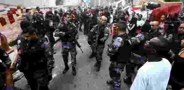 10.out.2016 - Policiais militares caminham na comunidade Pavão-Pavãozinho, em Copacabana, na zona sul do Rio de Janeiro, em dia de um intenso tiroteio na favela. Segundo o comando da UPP, foram registrados diversos ataques de criminosos às bases da PM na comunidade nesta segunda - Fábio Motta/Estadão Conteúdo