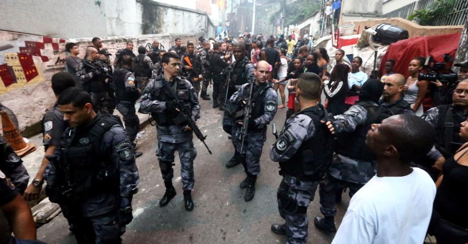 10.out.2016 - Policiais militares caminham na comunidade Pavão-Pavãozinho, em Copacabana, na zona sul do Rio de Janeiro, em dia de um intenso tiroteio na favela. Segundo o comando da UPP, foram registrados diversos ataques de criminosos às bases da PM na comunidade nesta segunda