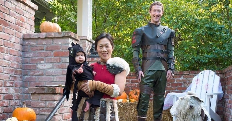 """31.out.2016 - Em comemoração ao Halloween, Mark Zuckerberg publica em seu perfil na rede social uma foto de sua família fantasiada com a seguinte descrição: """"uma família de Vikings [em referência a uma série de televisão], uma ovelha e um adorável dragãozinho"""""""