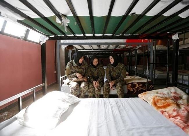 10.nov.2016 - As soldadas Zarmina Ahmadi, 22 (à esq.), Adela Haidari, 23 (ao centro), e Sabera, 21 (à dir.), descansam em seus barracões no centro militar
