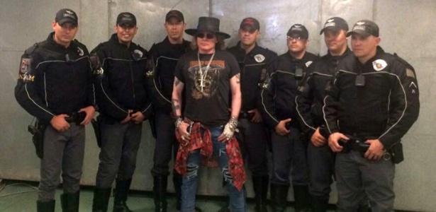 PM de São Paulo divulga fotos de oficiais da corporação com o músico Axl Rose