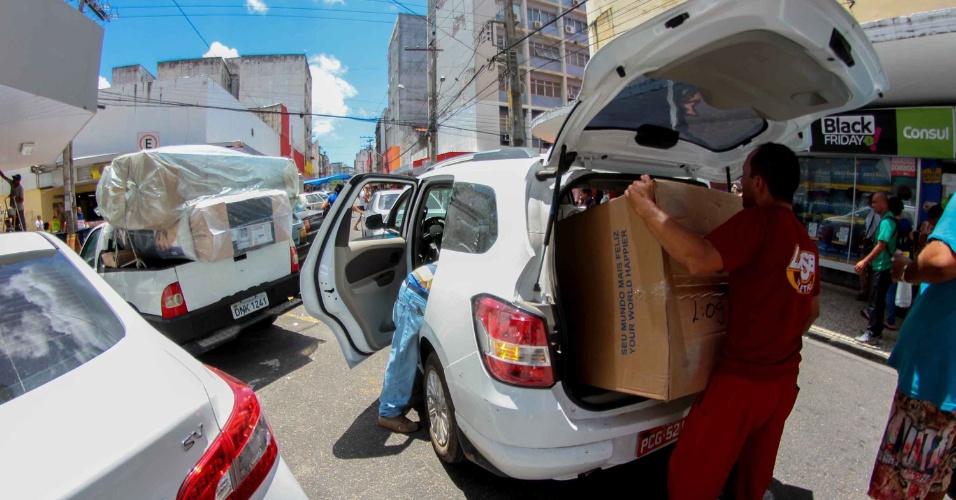 25.jan.2016 - Consumidores aproveitam descontos da Black Friday em lojas no centro do Recife (PE) nesta sexta-feira (25)